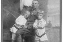 Zofia-i-Wladyslaw-F.-z-synami-Marianem-i-Adamem-ok.-1916-r.