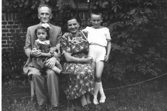 Adam-i-Kazimiera-F.-z-dziecmi-Hania-i-Zbyszkiem-1951-r.